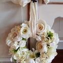 Romantikus bazsarózsa koszorú,kopogtató, Esküvő, Otthon, lakberendezés, Ajtódísz, kopogtató, Koszorú, Virágkötés, A koszorút fehér,krém és vanília színű rózsa és bazsarózsa kombinációjával készítettem.Díszítettem ..., Meska