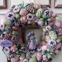 Tavaszi kopogtató,lila tündérkével, Termésekből és tobozokból készítettem a kosz...