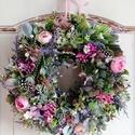 Virágkoszorú,ajtódísz, Ezt a kedves tavaszi koszorút sok zöld,bogyó,to...