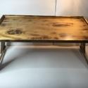 Reggeliző asztalka, Bútor, Asztal, Famegmunkálás, Ágyban használatos reggeliző asztalka. Nyírfa, égetett eljárással, selyemfényű lakkal kezelve.  Mér..., Meska