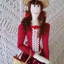 Lány piros ruhában textil baba, Tilda baba szabásminta alapján, Dekoráció, Otthon, lakberendezés, Dísz, 60 cm magas textil baba, fa állvánnyal. Tilda szabásminta alapján, azt kicsit átdolgozva készítettem..., Meska
