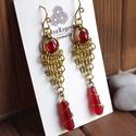Vörös láncfátyol chainmaille fülbevaló srágarézből, piros arany, Ékszer, Fülbevaló, Chainmaille fülbevaló vörös színű üveggyöngyből és sárgarézből. Teljes mértékben kézzel készült, apr..., Meska