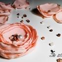 Rózsa kitűző- gyöngyökkel díszítve, Ékszer, Esküvő, Bross, kitűző, Hajdísz, ruhadísz, Varrás, Pasztell színvilágú kitűző, különböző méretű, színű gyöngyökkel, flitterekkel díszítve. Kézzel varr..., Meska