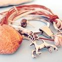 Kulcstartó tájkép jáspissal és szarvas charmmal, Mindenmás, Kulcstartó, Mesés, barna és krémszínű viaszolt szálakból készített kulcstartó, nagy csepp alakú tájk..., Meska