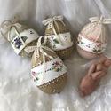 Virágmintás  indás tojások , Dekoráció, Ünnepi dekoráció, Húsvéti apróságok, A tavaszt idéző virágmotívumokat festettem a tojásokba,majd kontúrozóval díszítettem. Jó minőségű mű..., Meska
