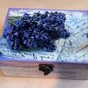 Levendulás koptatott dobozka, Otthon, lakberendezés, Tárolóeszköz, Doboz, Decoupage, transzfer és szalvétatechnika, Kopatott levendula lila és fehér, 18X13X7,5cm-es dobozka. A doboz fedelén decoupage technikával kés..., Meska