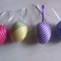 Fonal tojás 3, Húsvéti díszek, Mindenmás, 6 cm-es műanyag tojás alapra ragasztottam hímzőfonalat. A szatén szalaggal felakaszthatóak tojásfár..., Meska