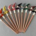 Ceruzamanók, Játék, Dekoráció, Báb, Játékfigura, Baba-és bábkészítés, Varrás, A ceruzamanók ceruzák végein csücsülnek, és két fő feladatuk van:  egyrészt mutatják, hogy milyen s..., Meska