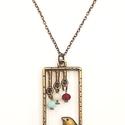 Vintage stílusú madaras nyaklánc, Ékszer, Nyaklánc, Ékszerkészítés, Gyöngyfűzés, Romantikus,madárka medálos nyaklánc, fánk üveggyöngyökkel. A nyaklánc teljes hossza 45 cm, plusz 5 ..., Meska