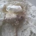 Esküvői kitűző, Esküvő, Férfiaknak, Hajdísz, ruhadísz, Vőlegényes, Varrás, Gyöngyfűzés, Vőlegény kitűző esküvőre. Méret 10-12 cm hosszú, virágfej átmérő 7-11 cm Színe: barna, törtfehér AZ..., Meska