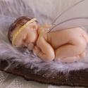 Tündér bébi angyalka baba, Dekoráció, Dísz, Ünnepi dekoráció, Karácsonyi, adventi apróságok, Gyurma, Szobrászat, Porcelán gyurmából készítettem ezt a kis cumizós tündérkét. Haja természetes gyapjú, szárnyai külön..., Meska