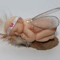 Tündér bébi angyalka baba, Dekoráció, Dísz, Ünnepi dekoráció, Karácsonyi, adventi apróságok, Gyurma, Szobrászat, Porcelán gyurmából készítettem ezt a kis tündérkét. Haja természetes gyapjú, szárnyai különleges te..., Meska