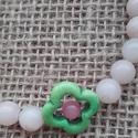 Kisvirág karkötő , Ékszer, óra, Karkötő, Zöld howlit virág alakú keretben púder jáde ásványgyöngyből és halvány sárgás, törtfeh..., Meska