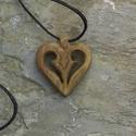 Szív alakú medál, Ékszer, Medál, Szív alakú medál 1 Fából készült szív alakú medál, bőr szíjjal Mérete: 4x4cm Anyaga diófa  Szállítás..., Meska