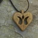 Szív alakú medál ,tulipántos, Ékszer, Medál, Szív alakú medál 1 Fából készült szív alakú medál, bőr szíjjal Mérete: 4x4cm Anyaga diófa    Szállít..., Meska