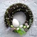Húsvéti ajtódísz, koszorú fehér nagy tojással, A nagy fehér tojás, tollak amik feldobják ezt a...
