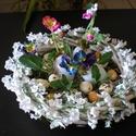 Húsvéti asztaldísz, árvácska, fonott koszorú, Dekoráció, Otthon, lakberendezés, Ünnepi dekoráció, Húsvéti apróságok, Asztaldísz,  Igazi tavasz :)  Hangulatos asztaldísz  fehér fonott koszorú tálcára rögzítve.  A nagyobb to..., Meska