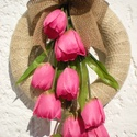 ajtódísz, koszorú, kopogtató sok tulipánnal, Csak tulipán díszíti ezt a koszorút. Egyszerű...