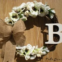 """Monogrammos kopogtató, ajtódísz  """" B """", Dekoráció, Otthon, lakberendezés, Dísz, Mindenmás, Virágkötés, Ajtódísz  """" B """" betűs monogrammal, de megrendelhető más betűvel is.  Vessző koszorú alapon fehér se..., Meska"""