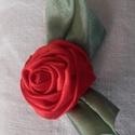 Selyem rózsa kitűző, Ékszer, Bross, kitűző, Piros selyem anyagból készítettem a rózsát, és zöldből a leveleit. Mutatós dísze lehet alk..., Meska