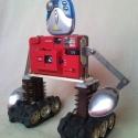 Piros retro fényképezőgép robot mozgatható karokkal  újrahasznosított tárgyakból fotósoknak férfiaknak, Férfiaknak, Otthon, lakberendezés, Esküvő, Nászajándék, Újrahasznosított alapanyagból készült termékek, Mindenmás, Ennek az újrahasznosított felfedező robotnak az alapja egy nagyon régi piros fényképezőgép amibe an..., Meska