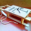 'Holnap havazni fog' szánkó - könyv asztali óra hó és tél imádóknak, síelőknek, téli sportok szerelmeseinek, Férfiaknak, Otthon, lakberendezés, Falióra, Óra, ékszer, kiegészítő, Újrahasznosított alapanyagból készült termékek, Famegmunkálás, Egész évben síszezon! :)  Ez a jópofa kis 'szánkó' asztali, falióra Szász János: ''Holnap havazni f..., Meska