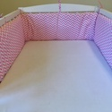 """"""" Rózsaszín cikk cakkos """" egyenes rácsvédő , Baba-mama-gyerek, Gyerekszoba, Falvédő, takaró, Egyenes rácsvádő, mely könnyen rögzíthető a megkötőkkel.      Hossz: 188 cm Magasság: 23 cm  Töltet:..., Meska"""
