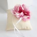 Pünkösdi Rózsás Gyűrűpárna,  Egyedi, anyagában mintás anyagból készült gy...