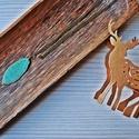 Levélmintás hosszú lánc, Ékszer, Nyaklánc, Hossz sárgaréz színű láncon, egyedi zöld levél medál., Meska
