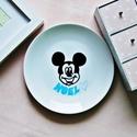 Mickey tányér névvel, Konyhafelszerelés, Porcelánfilccel készített, majd kiégetett kistányér.  Mosogatógépben mosható. Rendelhető e..., Meska
