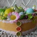 Húsvéti asztaldísz, asztalközép, Húsvéti díszek, Otthon, lakberendezés, Asztaldísz, Mindenmás, Virágkötés, Szalma alapra készített, virágokkal, tojásokkal és kerámia tyúkocskákkal díszített asztali dísz, as..., Meska