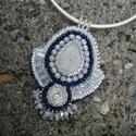 Holdkő gyöngy hímzett medál/ nyaklánc