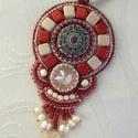 Piros-krém medál/nyaklánc swarovskival, Ékszer, Képzőművészet, Medál, Nyaklánc, Egy különleges gomb és egy swarovski rivoli a medál központi része. Köré különféle gyöngyöket hímezt..., Meska