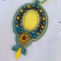 Nap sárga tavasz medál/nyaklánc, Ékszer, Képzőművészet, Medál, Nyaklánc, Gyöngyhímzéssel, aprólékos technikával készítettem ezt a medált. Ragyogó, vidám színekkel játszottam..., Meska