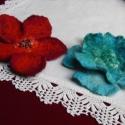Két virág-nemezelt kitűző-lefoglava Szilvinek, Minden ruhadarabot ékesít ez a kitűző .Nem mar...