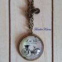 Kerékpáros romantika francia módra üveglencsés nyaklánc kerékpáros fityegővel, Ékszer, óra, Nyaklánc, 25 mm átmérőjű lencse alacsony peremű kerek antik bronz színű medálban. A láncon antik bron..., Meska