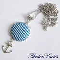 Kék-fehér csíkos vasmacskás textilgomb nyaklánc, Ékszer, óra, Nyaklánc, Antik ezüst 50 cm-es nyaklánc. 25 mm átmérőjű textilgomb fekszik a medálalapban., Meska