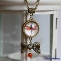 Szitakötő üveglencsés nyaklánc, Ékszer, Nyaklánc, 20 mm átmérőjű lencse lapul a sodrott szélű antik bronz színű medálban, amelyen masni össz..., Meska