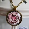 Rózsa üveglencsés nyaklánc, Ékszer, Nyaklánc, 30 mm átmérőjű, rózsaszín rózsát ábrázoló lencse lapul a sima szélű antik bronz színű..., Meska
