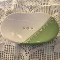Szappantartó Zöld-fehér, Szépségápolás, Fürdőszobai kellék, Kerámia, Kerámiából készítettem 3 lábacskán áll, hogy ne billegjen. A lukacskák a szappanlé elvezetését szol..., Meska