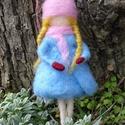 Sapkás téltündér, Festett gyapjúból, tűnemezeléssel készítette...