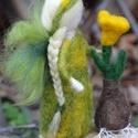 Virágtündér krókusszal, Tűnemezelt kis virágtündér, gyengéden vigyáz...