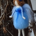 Lenvirág tündér, Festett gyapjúból, tűnemezeléssel készítette...