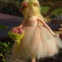 Vadrózsa tündér virágcsokorral, Festett gyapjúból, tűnemezeléssel készítette...