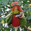 Madaras nyártündér, Festett gyapjúból, tűnemezeléssel készítette...