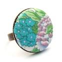 Virágoskert gyűrű - lila, Ékszer, Gyűrű, Gyönyörű virágmintás gyűrű a kifinomult, nőies darabok kedvelőinek.   A gomb átmérője 25 mm, a gyűrű..., Meska