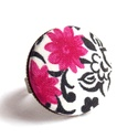 Indás, pink virágos gyűrű, Ékszer, Gyűrű, Szépséges inda mintás, pink virágos gyűrű.  A gomb átmérője 25 mm, a gyűrű sárgaréz színű, nikkelmen..., Meska