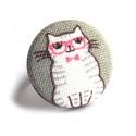 Cicás gyűrű - rózsaszín szemüveggel, Ékszer, Gyűrű, Vidám kis cicó bolondos rózsaszín szemüveggel, gyűrűként. :)  A gomb átmérője 25 mm, a gyűrű sárgaré..., Meska