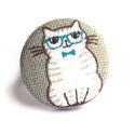 Cicás gyűrű - kék szemüveggel, Ékszer, Gyűrű, Vidám kis cicó bolondos kék szemüveggel és csokornyakkendővel, gyűrűként. :)  A gomb átmérője 25 mm,..., Meska