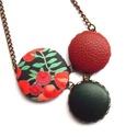 Zöld bogyós nyaklánc, Ékszer, Nyaklánc, Ennek a nyakláncnak a medál részét három kapcsolt gomb alkotja, melyek színben és mintában harmonizá..., Meska